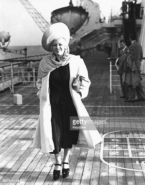 Mae West arrives in England for a tour in 1947